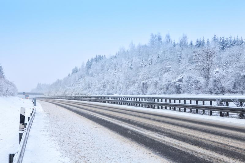 在期间的高速公路降雪在冬天,巴伐利亚,德国 免版税库存照片