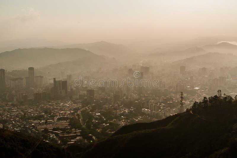 在朦胧的日落期间,使市环境美化看法加拉加斯 免版税库存照片