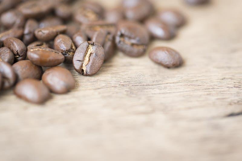 在木上面的咖啡豆 免版税库存图片