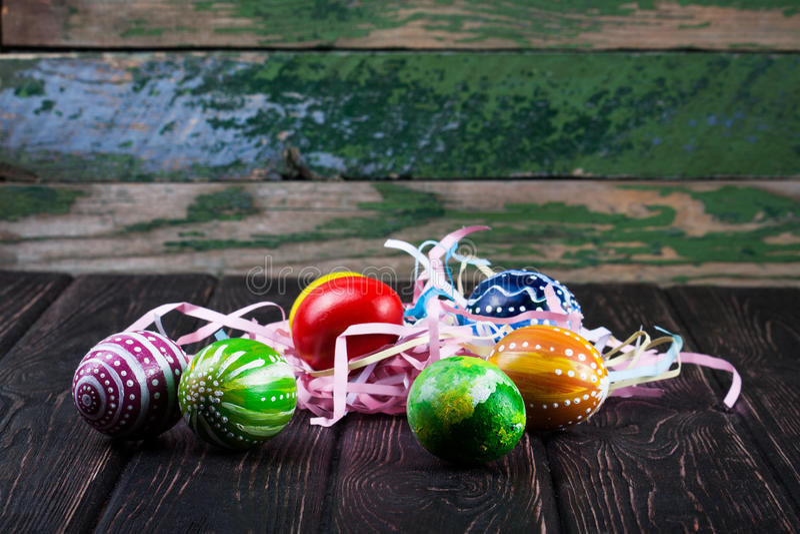 在木书桌上的复活节彩蛋 图库摄影