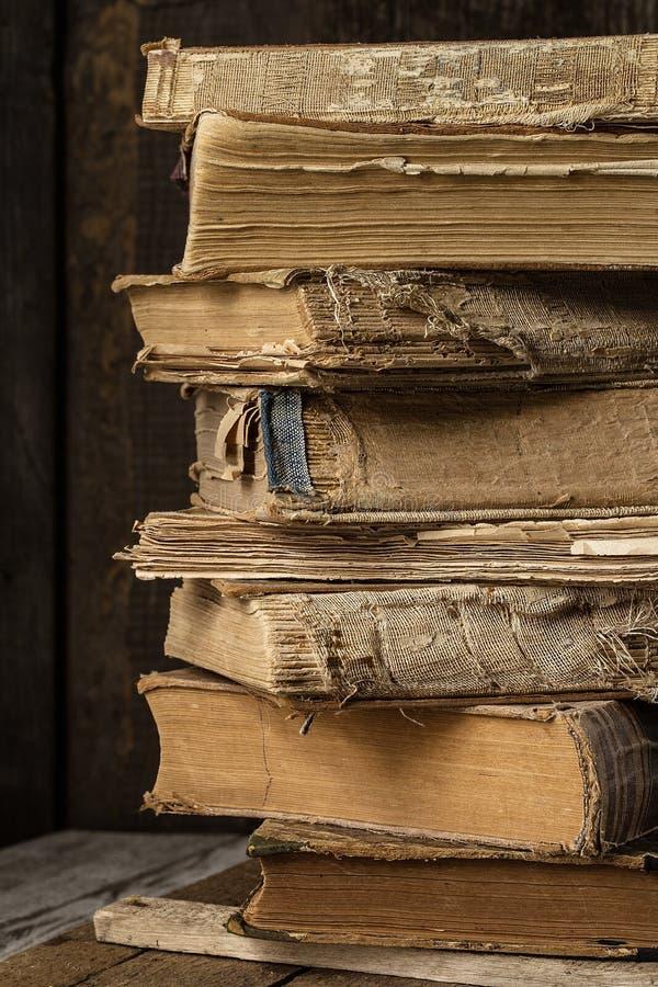 在木书桌上的老葡萄酒书 减速火箭的样式 免版税库存照片