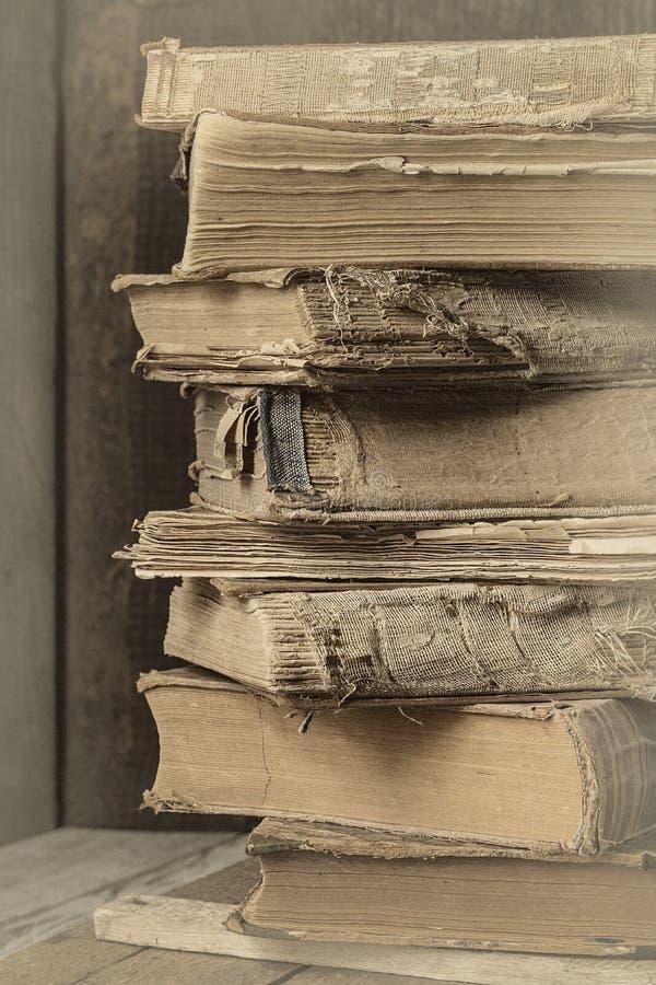 在木书桌上的老葡萄酒书 被定调子的照片 免版税库存照片