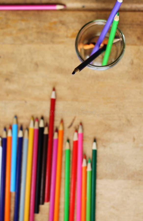 在木书桌上的色的铅笔 库存照片