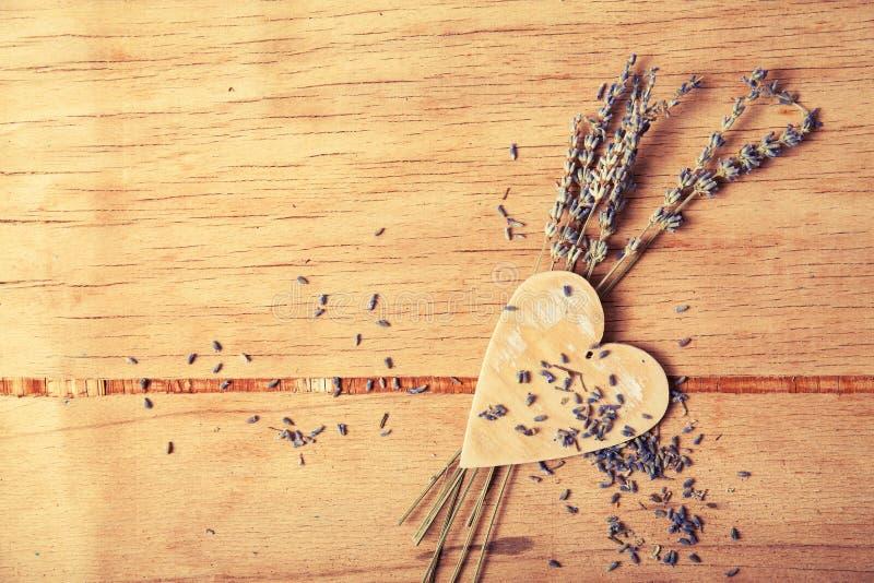 在木书桌上的花淡紫色 免版税图库摄影
