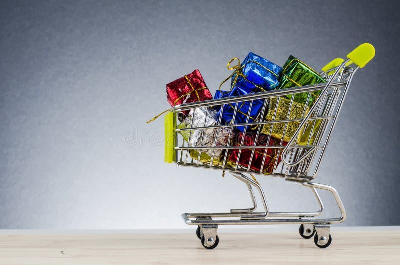 在木书桌上的购物的图在与回荡的美好的梯度背景 免版税库存照片