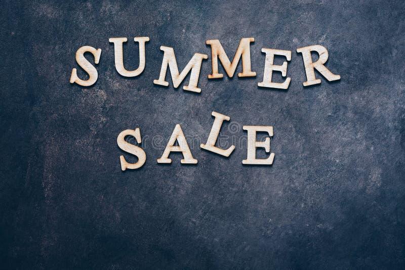 在木信件的夏天销售文本在黑暗的土气背景,平的位置,拷贝空间 皇族释放例证