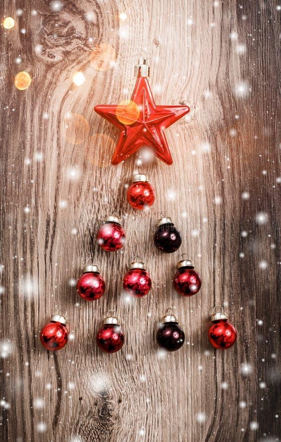 在木假日背景的红色圣诞节装饰品 Xmas和新年快乐构成 免版税库存图片