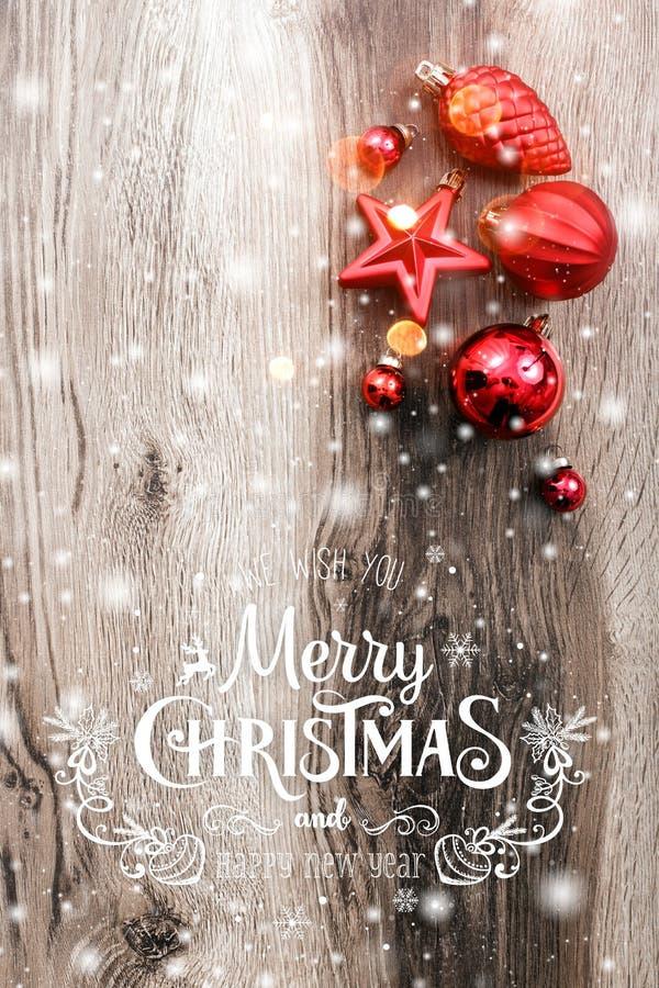 在木假日背景的红色圣诞节装饰品 Xmas和新年快乐构成 库存图片