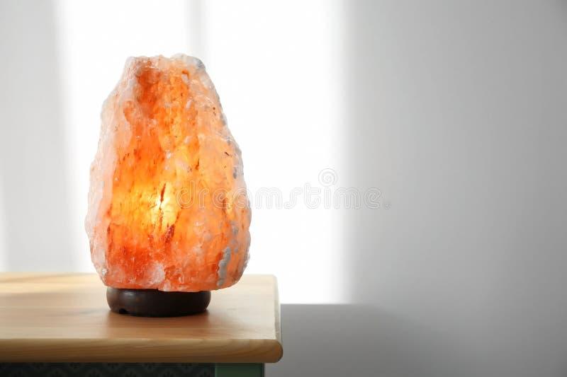 在木内阁的喜马拉雅盐灯 库存照片