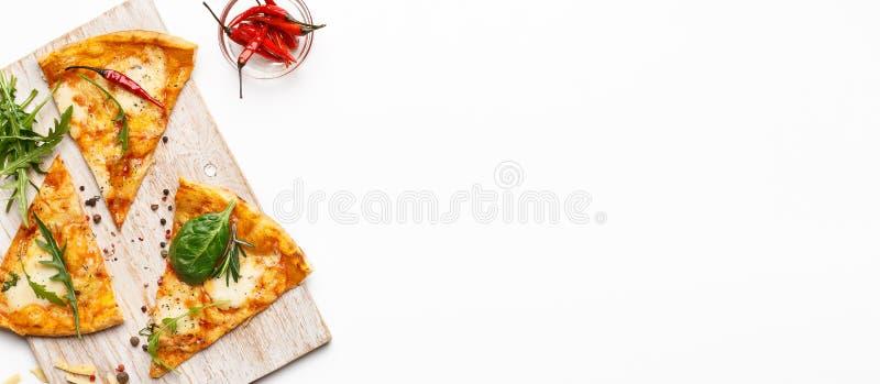 在木切板服务的热的比萨切片 免版税图库摄影