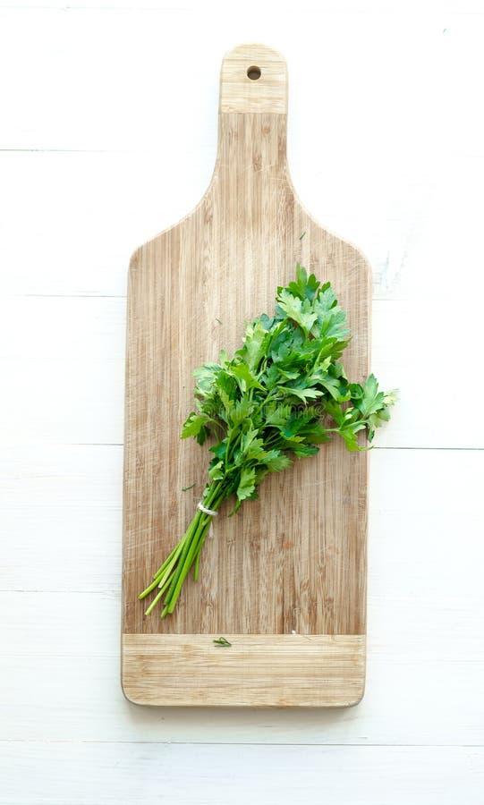 在木切板的新鲜的荷兰芹 库存照片