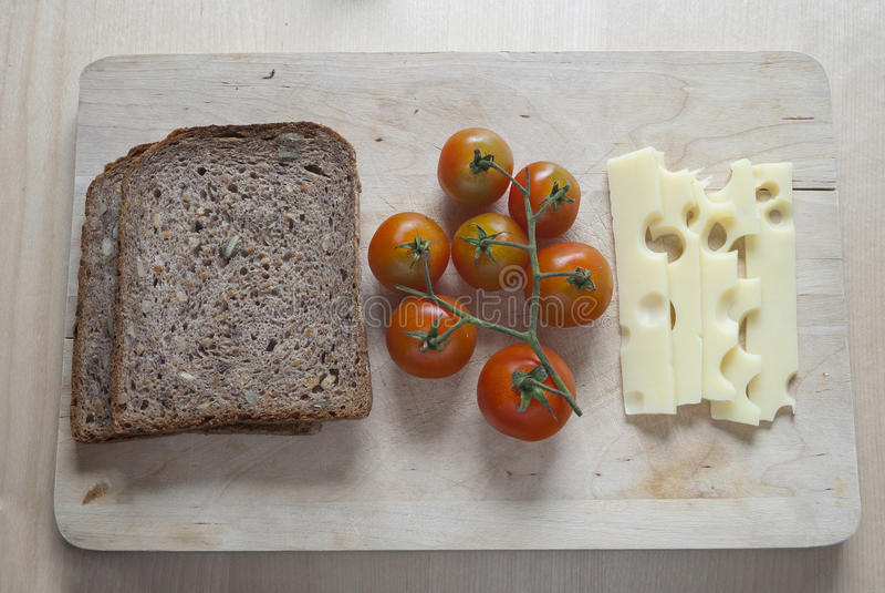 未加工的食物ingredinent在木切板 库存照片