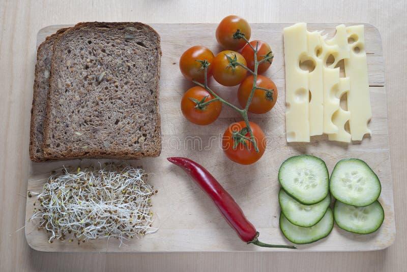 未加工的食物ingredinent在木切板 免版税库存图片