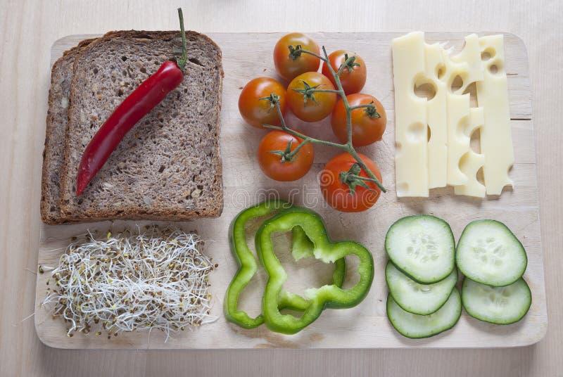 未加工的食物ingredinent在木切板 免版税图库摄影
