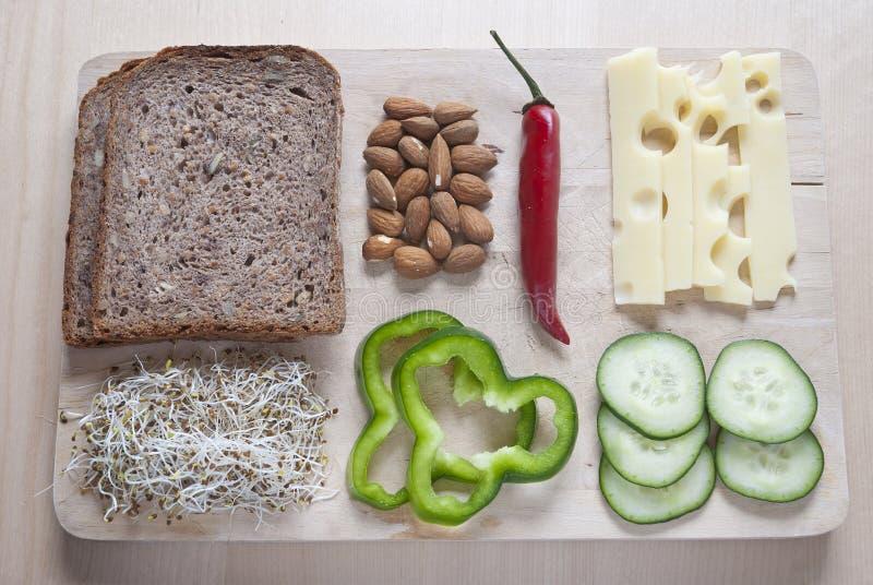 未加工的食物ingredinent在木切板 免版税库存照片