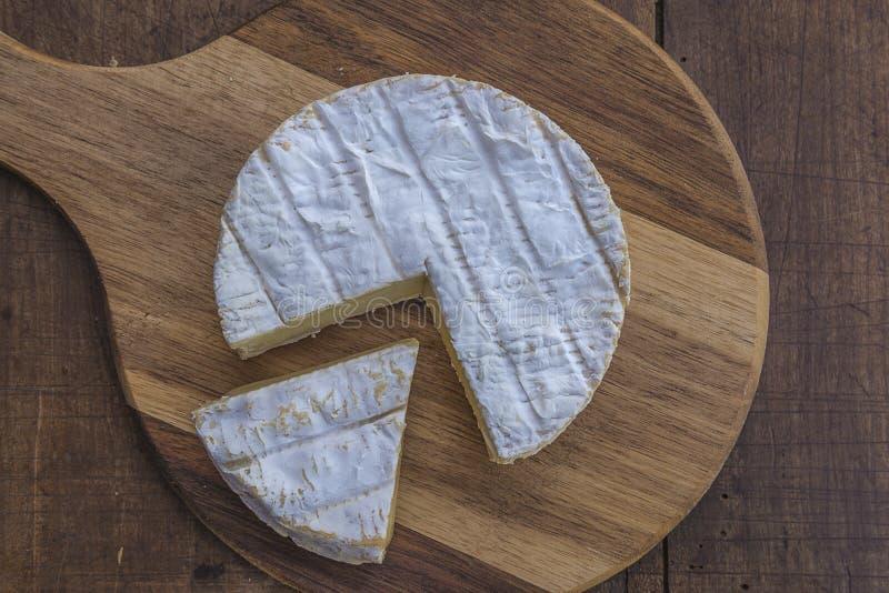在木切板的法国山羊乳干酪切片 图库摄影