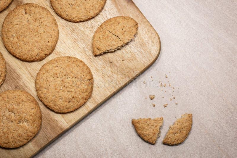 在木切板的燕麦曲奇饼 库存照片