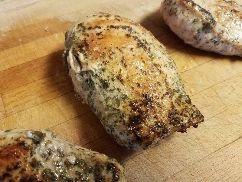 在木切板的调味鸡胸脯肉 库存照片