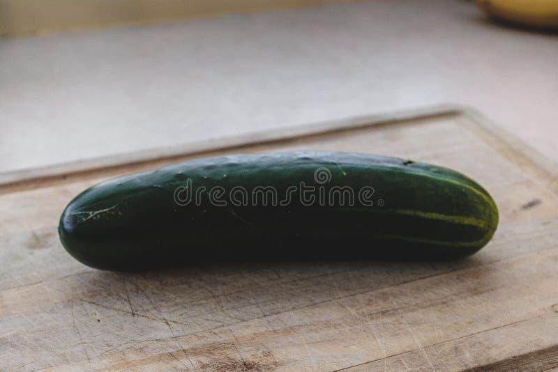 在木切板的黄瓜 库存照片