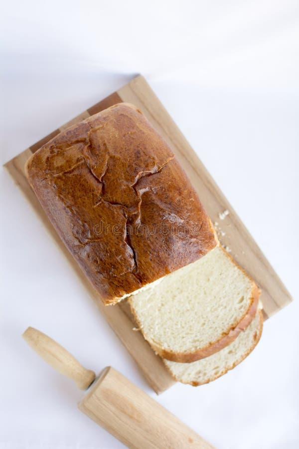 在木切板顶视图的可口自创白面包 图库摄影