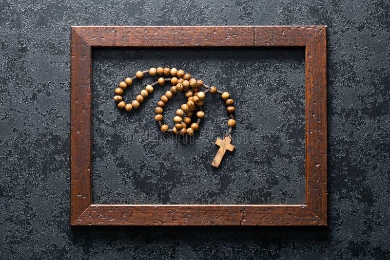 在木制框架的念珠小珠 免版税库存图片