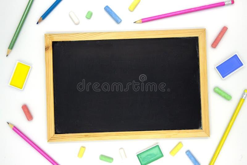 在木制框架的空白的黑板与在白色背景的艺术供应 黑板舱内甲板位置照片 库存照片