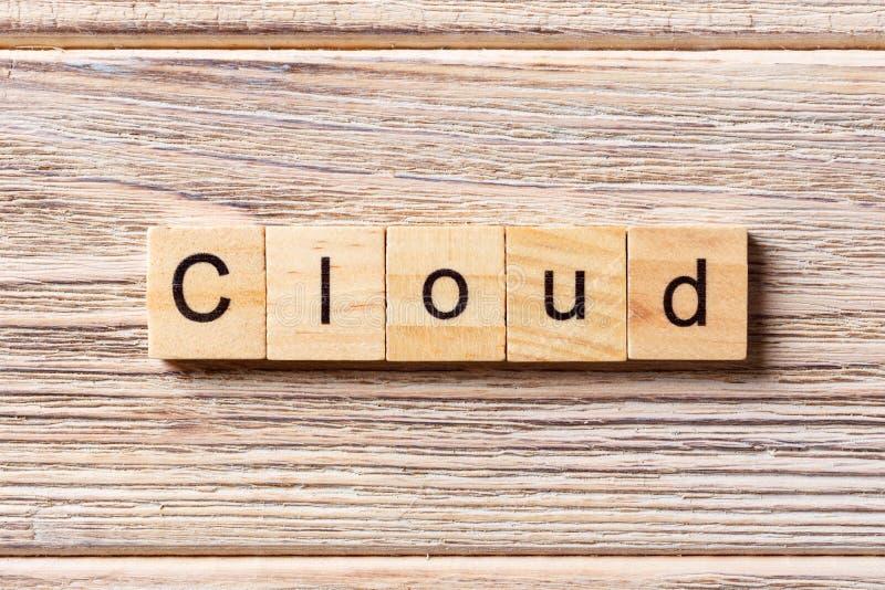 在木刻写的云彩词 在桌上的云彩文本,概念 库存照片