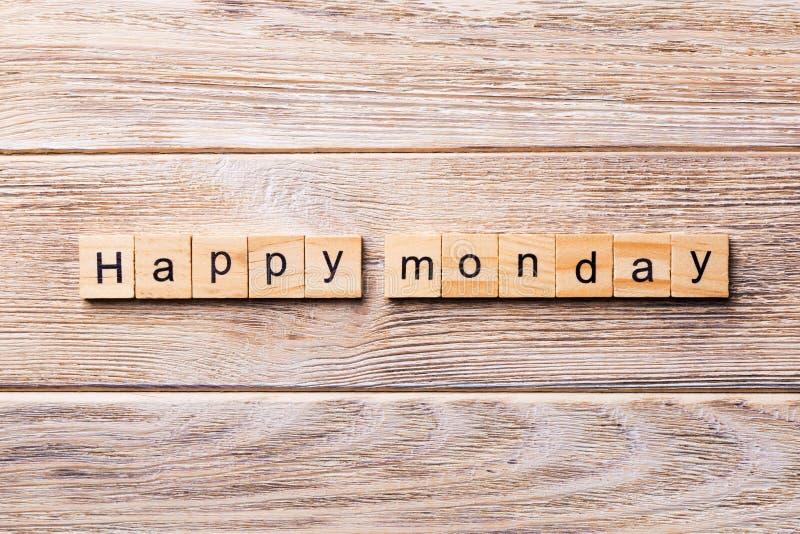 在木刻写的愉快的星期一词 在木桌您desing的,概念上的愉快的星期一文本 库存图片