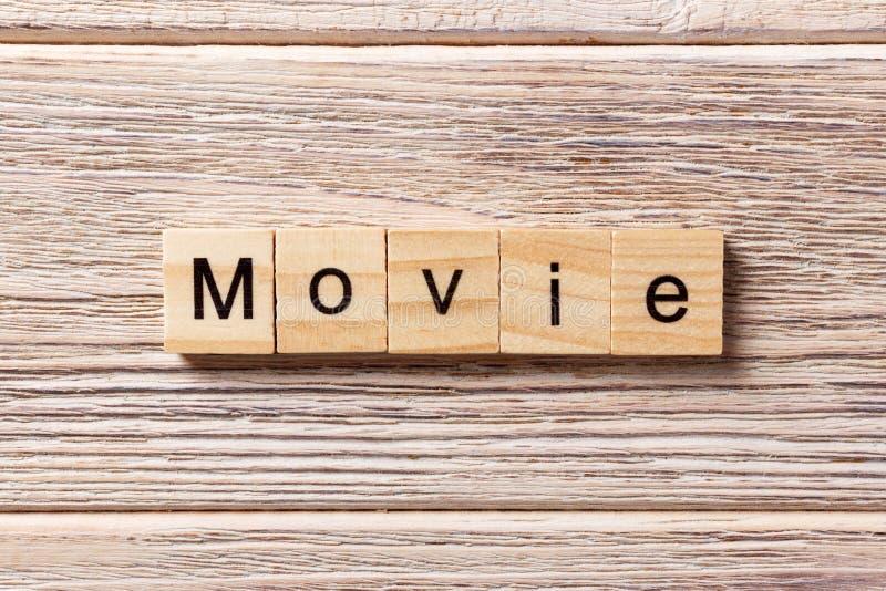 在木刻写的电影词 在桌上的电影文本,概念 免版税图库摄影