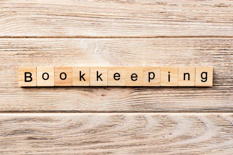 在木刻写的簿记词 在桌上的簿记文本,概念 库存图片