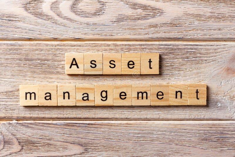 在木刻写的财产管理词 在桌上的财产管理文本,概念 库存照片