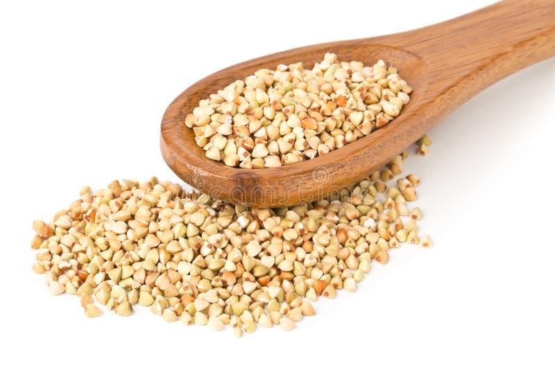 在木匙子的未加工,自然,未煮过的荞麦种子仁 免版税图库摄影