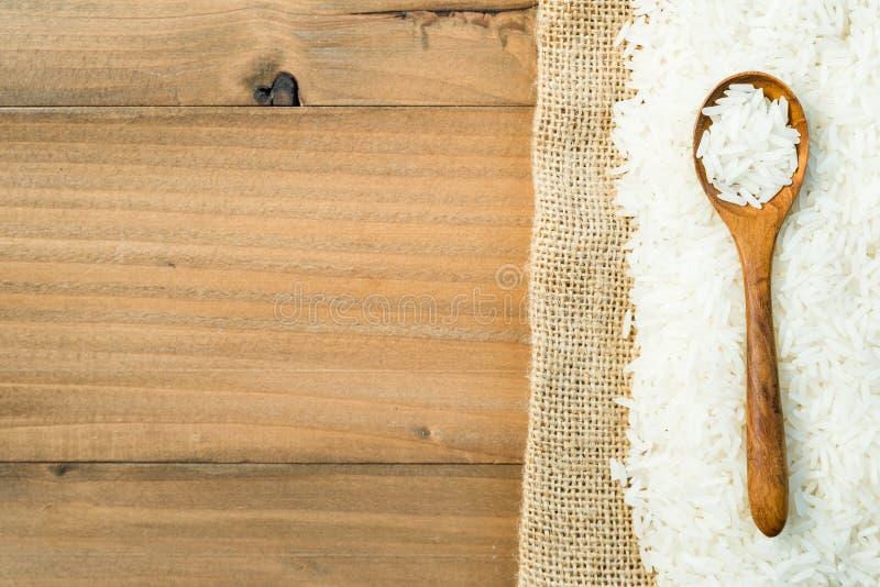 在木匙子的白色未加工的泰国茉莉花米 库存照片