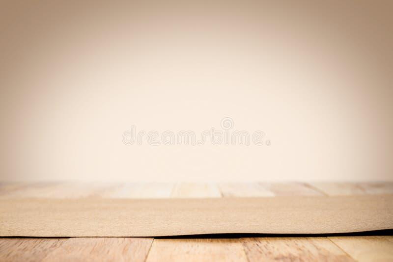 在木台式的包装纸在浅褐色的梯度背景中 库存图片