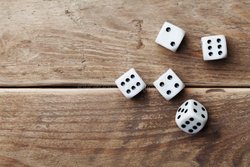 在木台式视图的白色模子 赌博的设备 机会对策概念 图库摄影