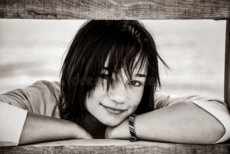 在木台阶附近的美丽的深色的女孩在室外 免版税库存图片