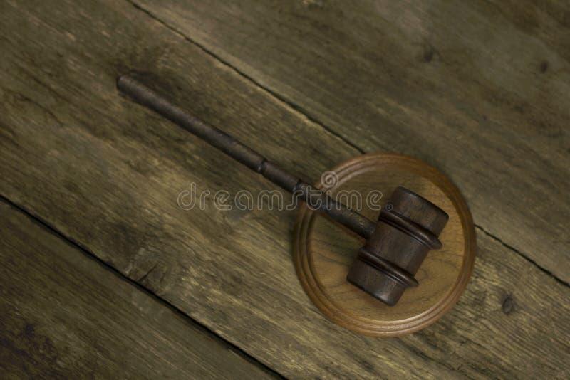 在木土气背景的法官木惊堂木 免版税图库摄影