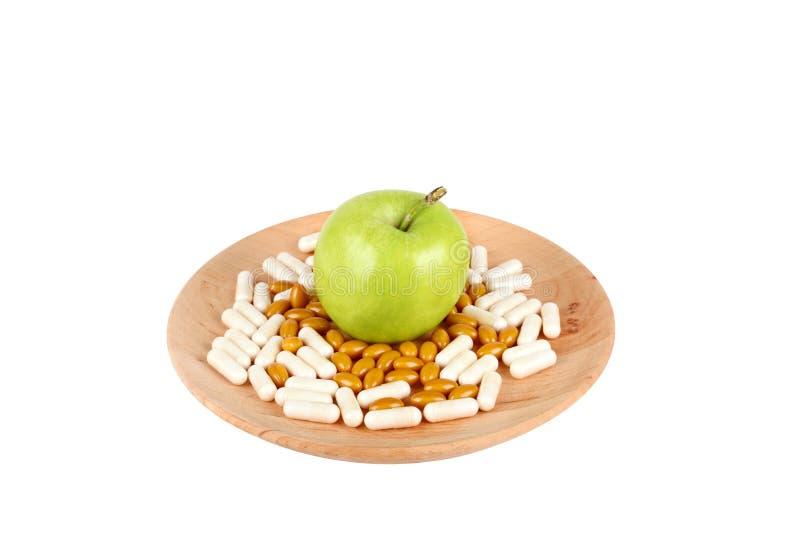 在木在白色隔绝的板材和苹果的药片 免版税库存照片
