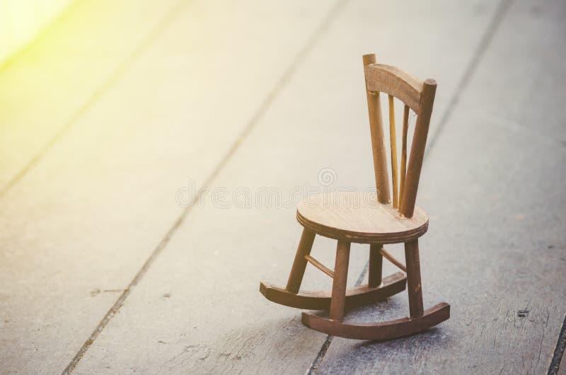 在木地板上的微型椅子 库存图片