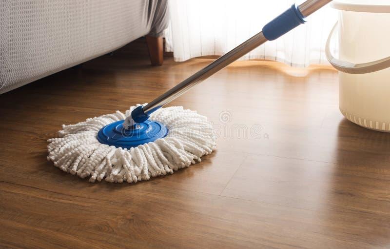 在木地板上的拖把清洁 免版税库存照片