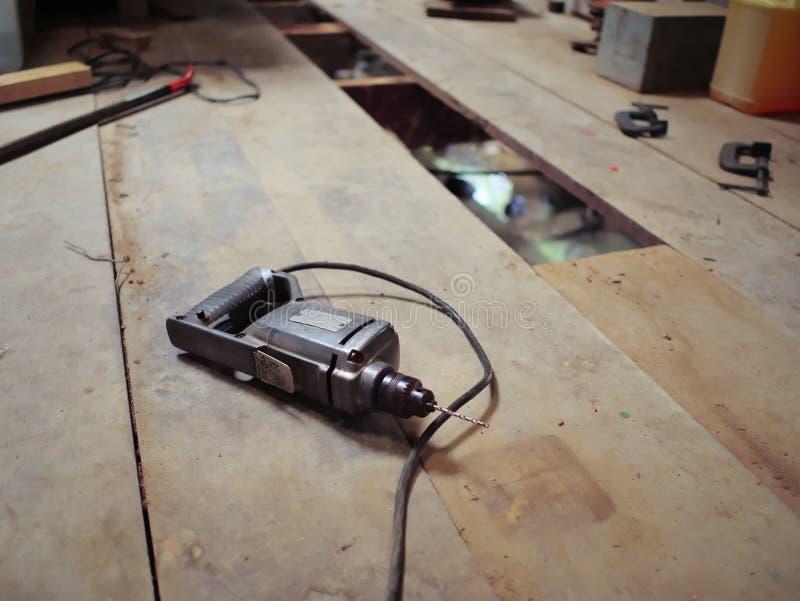 在木地板上的电钻 库存图片
