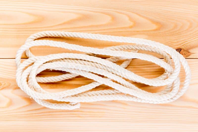 在木地板上的耐久的绳索 免版税库存照片