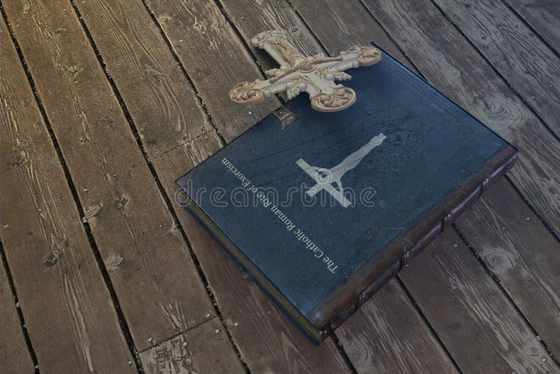 在木地板上的驱邪书 免版税图库摄影
