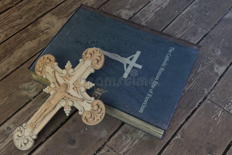 在木地板上的驱邪书 免版税库存照片
