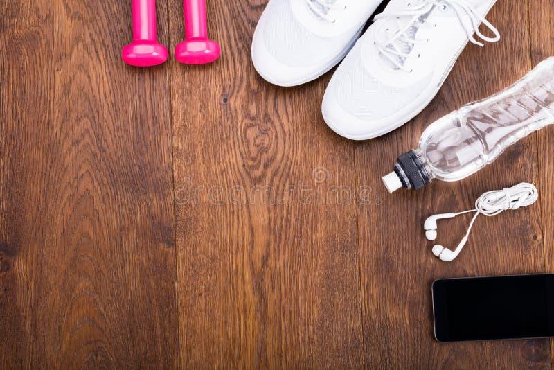 在木地板上的锻炼设备 免版税库存照片