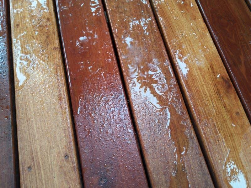 在木地板上的水飞溅 免版税库存照片