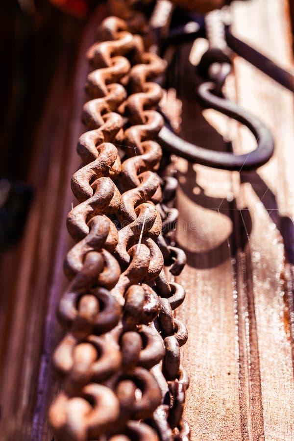 在木地面上的链勾子 免版税库存图片