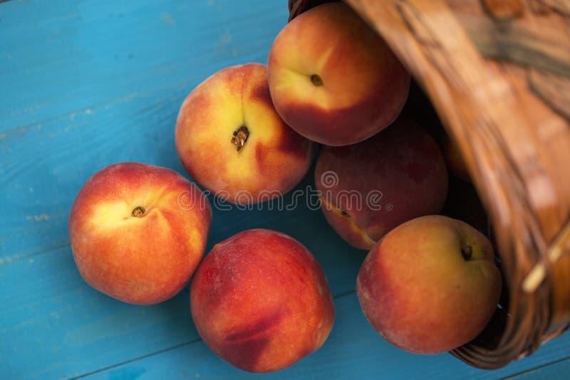 在木地面的新鲜的桃子 免版税图库摄影