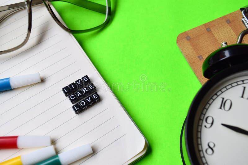 在木块写的活关心爱消息 教育和刺激概念 库存照片