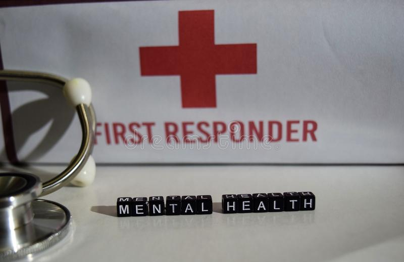在木块写的精神健康消息 听诊器,医疗保健概念 免版税库存图片